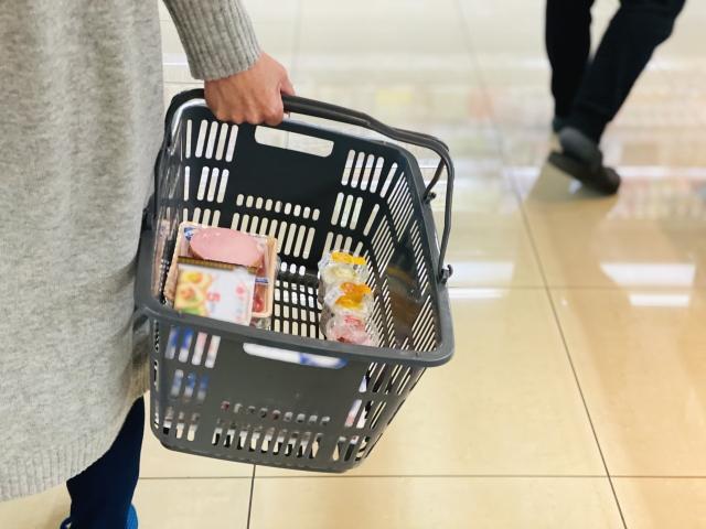 買い物かごを持った女性