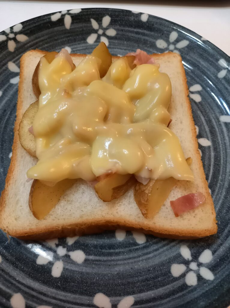 パンとじゃがいもとベーコンのチーズのせ