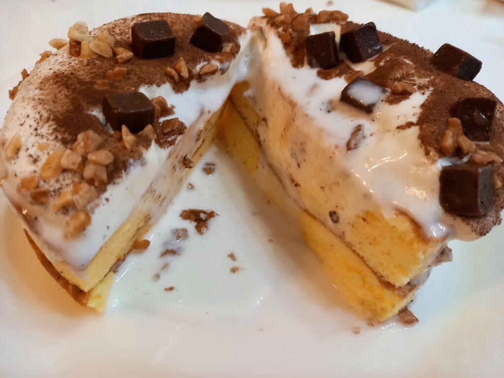 とろーりクリームのパンケーキチョコを半分に切ったところ
