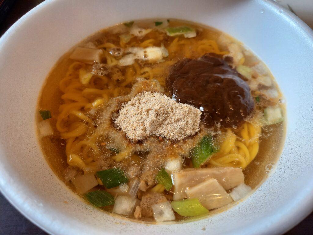カップラーメンへ、 すみれの液体スープと粉末スープ入り