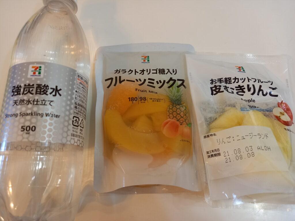 左から強炭酸水、フルーツミックス、皮むきりんごの商品